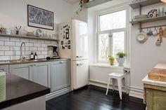 muebles-y-objetos-antiguos-mezclado-con-estilo-nordico-6 - Mima tu cocina con baldas y estantes al aire
