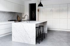 Moderne Küche mit Estrich Bodenbelag