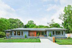 Mid Century Homes Style- Modern Interior Design Decor Ideas Ranch Exterior, Modern Exterior, Exterior Design, Exterior Remodel, Ranch House Exteriors, Ranch House Remodel, Craftsman Exterior, Cottage Exterior, Mid Century Ranch