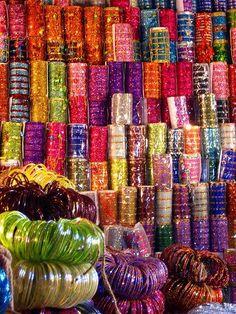 Bracelets de verre dans le bazaar
