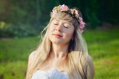 Portrait photoshoot / photography / long hair / bright colors / pink / summer / blond hair / blue eyes / flowers / sunny