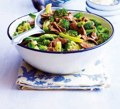 Beef with broccoli & ginger - Healthy Food Guide Healthy High Protein Meals, Healthy Beef Recipes, Low Sodium Recipes, High Protein Recipes, Meat Recipes, Healthy Eating, Healthy Food, Asian Dinner Recipes, Broccoli Beef