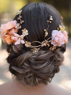 Tiara de flores para usar na parte de trás da cabeça, perfeita para ocasiões especiais! Materiais: flores de tecido creme, laranja, salmon e dourada com detalhes de pistilo trançado ao redor da peça; Base rústica pintada de dourado; Tamanho regulável. 2 dias uteis para confecção Ma... Two Faces, Diy Jewelry Making, Quinceanera, Flowers In Hair, Diy Fashion, Wedding Hairstyles, Hair Makeup, Hair Beauty, Make Up