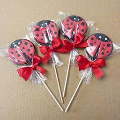 Pirulitos de chocolate para a festinha da Maria Paula na escola no tema Ladybug…