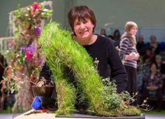 """Ursula Wegener, Leiterin der FDF-Floristmeisterschule Gelsenkirchen, präsentiert den """"Gras-Pumps"""", ein florales Objekt im Rahmen der internationalen Teacher-Show auf der IPM."""