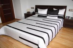 Bílý přehoz přes postel s černými pruhy
