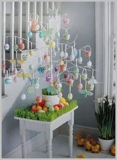 Make Easter decorations special with an Easter Egg tree. Learn how to use Twig tree or Christmas tree as an Easter tree.Check out Easter tree decor ideas. Easter Projects, Easter Crafts, Easter Ideas, Hoppy Easter, Easter Eggs, Easter Bunny, Easter Tree Decorations, Diy Osterschmuck, Diy Spring