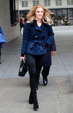 Street style look mini trench coat curto azul, calça jeans e bota over the knee.