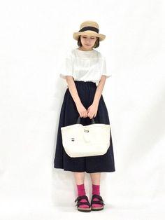 モノトーンの装いに靴下の赤が差し色になっていてとても可愛いコーディネート。女の子らしい優しい雰囲気が素敵ですね。