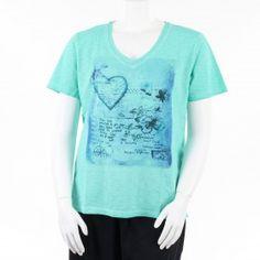 T-shirt vert clair à col V, grande taille de 44 à 52 FR de la marque Léa H Curve #tshirt #LéaHCurve #mesboutiquesgrandetaille