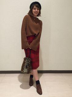 【袖フレアのニット】 タイトスカートと合わせたスタイリング。 レオタード柄バックで今年らしくしました。