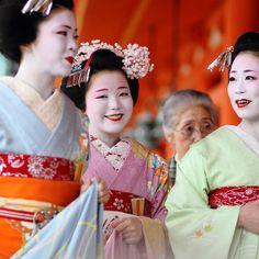 colours / happy / girls / smile / photo : maiko (geisha apprentices), kyoto japan / canon 7d