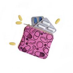 Ecco la #hypochondriac #mini #bag per lei! Mal di testa? Dolori mestruali? Vedete la gente morta? Mal di stomaco? Sentite le voci? O più semplicemente pillola! Ecco un piccolissimo ed esplicito porta pillole da tenere sempre in borsa!  ---------------------------------- Aquí está la #mini hipocondríacos #bag para ella! Dolor de cabeza? dolor menstrual? ve gente muerta? Dolor de estómago? escucha las voces? O más sencillamente la píldora! Eso es una pequeña y explícita mini fortín que tiene…