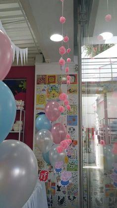 Guirnalda de rosas hechas en papel seda rosado claro para hacer la cortina simulando unas pequeñas flores en Cafe Pintado.