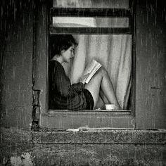 Black and White Photos ( Guardado por MAVI ) Girl at window reading. I Love Books, Good Books, Books To Read, Reading Books, Reading Time, Reading Art, Woman Reading, Reading People, Girl Reading Book