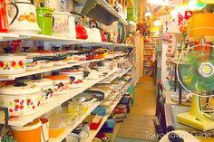 昭和感たっぷりの店内。お鍋のもようがレトロでかわいい。扇風機の形も昔の古き良き時代を物語っていますね。