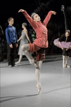 Love the tiara and sweats look. Dance With You, Ballet Photography, Bolshoi Ballet, Ballet Dancers, Ballet Class, City Ballet, Dance Pictures, Dance Photos, Svetlana Zakharova