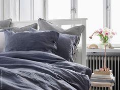 Svala sängkläder hör våren till – favoriten LINBLOMMA i 100 % linne finns nu även i grått. JANSJÖ LED arbetslampa, ger bra läsbelysning.