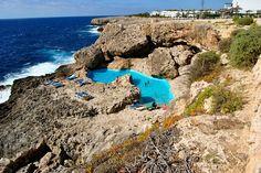 """piscinas naturaisMaiorca é um lugar de peregrinação para os caçadores de """"prainhas"""", suas praias de água cristalina e fina areia a convertem em um dos principais destinos turísticos do mediterrâneo. No entanto, mais além da areia guarda alguns lugares encantadores. É o caso das piscinas naturais de Cala Egos, localizada em Cala d'Or. Ali as rochas servem de recipiente para um dos segredos melhores guardados do sudeste de Maiorca."""