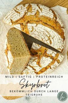 Rezept für ein einfaches, eiweißreiches und saftiges Skyrbrot mit Roggen, Dinkel und Weizen. Das eiweißreiche Brot wird hell ausgebacken, hat eine dünne, knusprige Kruste und eine feinporige, saftige Krume. Durch die Verwendung von gerade mal 0,5 Gramm Hefe und dafür 15 Stunden langer Teigruhe wird das Brot außerdem sehr bekömmlich. Ein prima Brot für jeden Tag, das euch durch seinen Eiweißanteil auch bei einer sportlichen Ernährung unterstützen kann. Vegan Lifestyle, Wine Recipes, Good Food, Food And Drink, Bread, Dishes, Blog, Places, Types Of Cereal