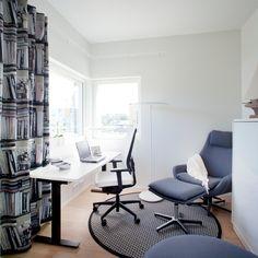 Tämän parempi ei (koti)toimisto voi olla! Työpisteeseen on valittu ammattikäyttöön suunnitellut parhaimmat ja laadukkaimmat kalusteet. Sähköpöydän ääressä on verkkoselkäinen Still-työtuoli, joka on paitsi mukava myös hyvin säätyvä. Sähköpöytä mahdollistaa seisaaltaan työskentelyn, mikä on terveellinen vaihtoehto istumiselle. Säilyttimeksi on valittu Vertti Kiven suunnittelema lasiovinen Stone-liukuovikaappi.