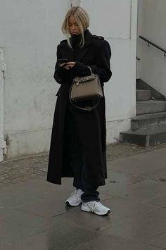 Winter Coat Outfits, Warm Outfits, Winter Fashion Outfits, Minimalist Winter Outfit, Minimalist Fashion, Minimalist Street Style, Scandanavian Fashion, Scandinavian Style Fashion, Black Coat Outfit
