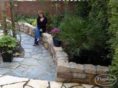 Flagstones Blue Plakes en Flagstones Yellow Saliq, zorgen ervoor dat deze mediterrane tuin helemaal in stijl wordt gerealiseerd. Tevens is er een natuurstenen muur opgebouwd. Er wordt zelfs nog voor ons geposeerd! Blij dat wij zoveel tevreden relaties hebben. Backyard Seating, Pavement, Garden Paths, Sidewalk, House Styles, Inspiration, Outdoor Decor, Nature, Garden