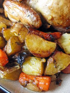a hint of honey: Classic Roast Chicken and Vegetables. I would try maple syrup or agave One Pot Meals, Main Meals, Yummy Chicken Recipes, Turkey Recipes, Yummy Recipes, Free Recipes, Good Food, Yummy Food, Roast Chicken
