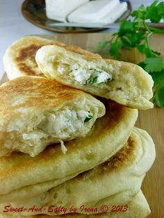 sweet-and-salty: Turski prženi feta hlepčići / Turkish Pan Fried Feta Bre Albanian Recipes, Bosnian Recipes, Croatian Recipes, Turkish Recipes, Bosnian Bread Recipe, Bosnian Food, Kiflice Recipe, Gibanica Recipe, Feta
