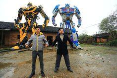 Deux paysans chinois fabriquent des robots Transformers grandeur nature