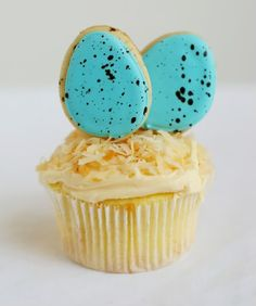 how-to make Bird's Nest Cupcakes . . . with speckled egg cookie toppers
