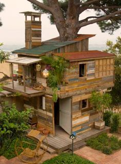 Ce ne pourrait pas être choisir entre une cabane dans les arbres ou une maison de plage _ Image Cool Tree House Ideas to Take Your Project to the Next Level. … The goal of an awe-inspiring tree house is to make it unforgettable and a place where… Future House, Unusual Homes, Little Houses, Play Houses, Dream Houses, Houses Houses, Cubby Houses, Wooden Houses, My Dream Home