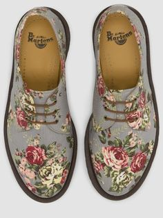 Floral Doc Martens - to kick ass in a feminine way :D Sock Shoes, Cute Shoes, Me Too Shoes, Shoe Boots, Shoe Bag, Flat Shoes, Dr. Martens, Doc Martens Oxfords, Dame Chic