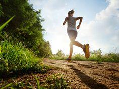 Pillen versus Sport: Bewegung erzielt bei vielen Erkrankungen genauso gute Ergebnisse wie Medikamente. Wie Sie mehr Bewegung in Ihren Alltag bringen, erfahren Sie hier.