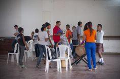 Los niños, el tallerista Álex con César López