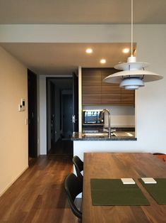 新築マンションを購入されたお客様から、しばしばコーディネーションのご依頼いただきます。 一般的に。 新築マンションを購入した場合、殆どの方々が新調するものといえば、 ①キッチンの背面収納 ②カーテン ③照明器具 です。 ①キッチン収納と②カーテンは、現在使っているものとサイズが合わない、 ③照明器具は使える部屋もありますが、 新しいマンションのインテリアにそぐわない場合が多いようです。 昨日は、まさに①から③を含めたプランをご依頼頂いた、Y様の新築マンションへと現場調査に出かけてきました。 キッチン収納についてチェックしているとき、おおっと思ったモノとは・・・ Conference Room, Table, Furniture, Home Decor, Decoration Home, Room Decor, Tables, Home Furnishings, Home Interior Design