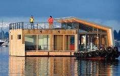 Portage Bay (between Lake Washington and Lake Union), Seattle Floating Home. Architect Ryan Mankoski of Ninebark Design Build, Kim Mankoski Interiors and Dyna Contracting. Trailer Casa, Portage Bay, Houseboat Living, Haus Am See, Floating House, Floating Dock, Unusual Homes, My Dream Home, Architecture Design