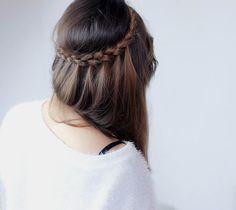 Comment réaliser une coiffure rapide et sophistiquée avec une tresse simple?