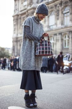 Natalie Joos wearing the Jimmy Choo HAMMER sandals at Paris Fashion Week Denim Fashion, Star Fashion, Fashion Photo, Paris Fashion, Street Chic, Street Style, Casual Office Wear, Knitted Poncho, Pulls