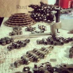 Produção dos  pingentes feitos com corrente de bike