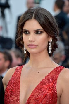 Sara Sampaio Loose Braid - Sara Sampaio oozed elegance wearing this loose, center-parted braid at the Cannes Film Festival opening gala.