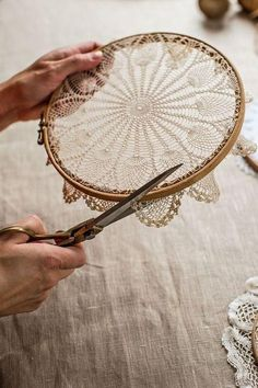@ Mokkasin: How to make doily hoop art & dreamcatchers (diy lace ideas dream catchers)@ Mokkasin: How to make doily hoop art & dreamcatchers I love the embroidery hoop frame idea, but cutting a piece of art (which is exactly what a Doilie is). Doily Dream Catchers, Dyi Dream Catcher, Dream Catcher Wedding, Handmade Dream Catcher, Dream Catcher Nursery, Homemade Dream Catchers, Dream Catcher Painting, Making Dream Catchers, Dream Catcher Patterns