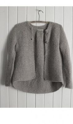 like garter stitch, the grey and the long back. Knitting For Kids, Knitting Projects, Baby Knitting, Crochet Cardigan, Knit Crochet, How To Purl Knit, Garter Stitch, Pulls, Pullover