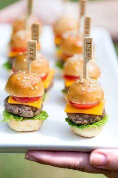 Wedding Food Totally going to make these adorable and super delicious mini cheeseburgers at the next party. - Learn how to make these delicious itty bitty mini cheeseburgers, the perfect party food to please the crowd! Such an easy recipe too! Bite Size Appetizers, Appetizer Recipes, Appetizer Party, Healthy Appetizers, Healthy Snacks, Mini Aperitivos, Wedding Buffet Food, Wedding Catering, Wedding Appetizer Buffet
