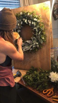 Spring Wreath making diy Spring Wreath making diy Diy Spring Wreath, Fall Wreaths, Door Wreaths, Christmas Wreaths, Floral Wreaths, Wreath Crafts, Diy Wreath, Tulle Wreath, Burlap Wreaths