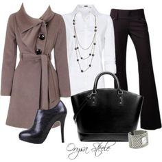 Pantalón negro, zapatos negros correa, jersey blanco calado, bolso Prada