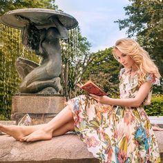 Ох, как люблю я вот так -  надеть летнее, летящее платье и присесть у фонтанчика почитать 😅 📕 Особенно круто, когда платье @dianaarnofashion , рядом фотограф @dmitryknut, который эту идиллию может запечатлеть! А еще, @lanavallo , кто поправит макияж и @makeyourid уложит волосы. Такие скромные у меня потребности. 🤗💃