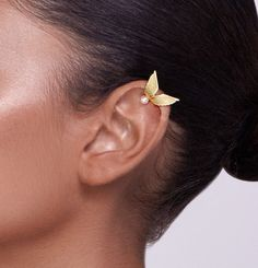This is the ear cuff that Scarlett ( Clare Bowen ) wears in Nashville!! Im so honored! : ) This is a unique ear cuff, inspired by angel wings. It is made of yellow gold plated silver and does not require a hole in the ear. You can choose a grey or white pearl. You put it on by
