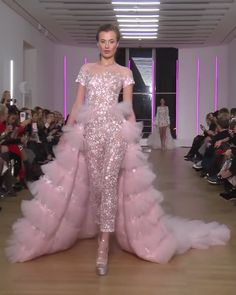 Georges Chakra Look Spring Summer 2018 Couture Collection Stunning Embroidered Pink Evening Jumpsuit with Short Sleeves and a Skirt. Runway Show by Georges Chakra Georges Chakra, Style Couture, Haute Couture Fashion, Juicy Couture, Style Édouardien, Day Dresses, Girls Dresses, Prom Dress Couture, Fashion Show Dresses