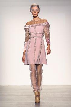 Il particolare mini dress rosa cipria Viola Ambree, arricchito da diversi ricami e punti luce, è perfetto per una donna sempre attenta al dettaglio, che ama un'idea di moda sofisticata e dall'aspetto deciso.
